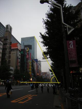 歩道からダイビルを見た角度 65°ぐらい